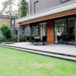 Royale tuin met veranda